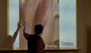 Thomas Gloger viser hvordan bigift bruges til tinitus.